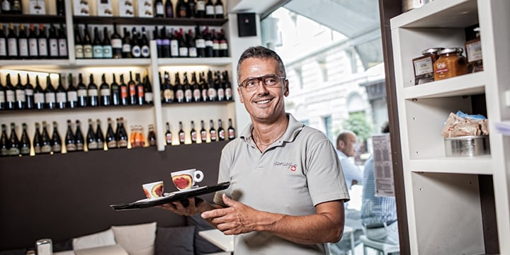 barista serve caffè illy