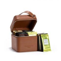 Escape estuche marrón de cuero sintético que contiene 32 bolsitas de té surtidas.